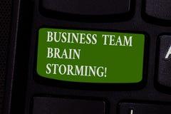 Palavra que escreve o negócio Team Brain Storming do texto Conceito do negócio para o teclado da reunião de funcionamento do grup imagens de stock