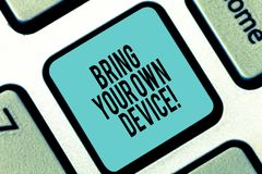 Palavra que escreve o texto Bring Your Own Device Conceito do negócio para Come com o smartphone demonstratingal do portátil do c fotografia de stock