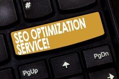 Palavra que escreve o texto Seo Optimization Service Conceito do negócio para que o alvo aumente a visibilidade de um teclado do  foto de stock