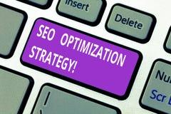 Palavra que escreve o texto Seo Optimization Strategy O conceito do negócio para o processo de organizar um Web site s é teclado  fotos de stock