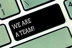 Palavra que escreve a texto nós somos uma equipe Conceito do negócio para o trabalho junto para realizar uma chave de teclado com imagens de stock