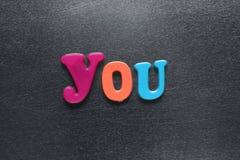 Palavra que você soletrou para fora usando ímãs coloridos do refrigerador Fotos de Stock Royalty Free