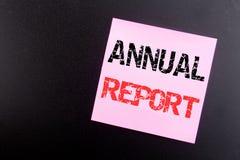 Palavra, redigindo o informe anual Conceito do negócio para analisar o desempenho escrito na nota pegajosa, fundo preto com espaç Imagem de Stock