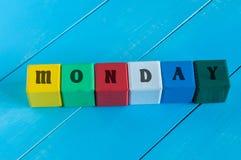 A palavra segunda-feira escrita na cor da criança de madeira fotografia de stock