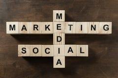 Palavra social do mercado dos meios feita das palavras cruzadas fotos de stock