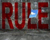 Palavra vermelha da REGRA no muro de cimento cinzento do grunge Imagem de Stock Royalty Free