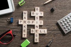 Palavras-chaves conceptuais do negócio na tabela com os elementos do jogo que fazem palavras cruzadas Imagem de Stock