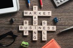 Palavras-chaves conceptuais do negócio na tabela com os elementos do jogo que fazem palavras cruzadas Fotografia de Stock