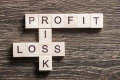 Palavras-chaves conceptuais do negócio na tabela com os elementos do jogo que fazem palavras cruzadas Imagens de Stock Royalty Free