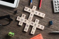 Palavras-chaves conceptuais do negócio na tabela com os elementos do jogo que fazem palavras cruzadas Fotos de Stock