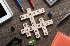 Palavras-chaves conceptuais do negócio na tabela com os elementos do jogo que fazem palavras cruzadas Imagem de Stock Royalty Free