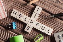 Palavras-chaves conceptuais na tabela de madeira com os elementos do jogo que fazem palavras cruzadas Imagem de Stock Royalty Free