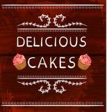 Palavras deliciosas dos bolos com o queque tirado mão Vinhetas do VETOR no fundo de madeira Linhas brancas Fotos de Stock