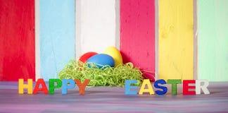 Palavras felizes de easter e ovos coloridos Fotos de Stock