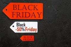 Palavras sexta-feira preta em etiquetas coloridas no copyspace preto da opinião superior do fundo Imagem de Stock Royalty Free