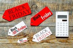 Palavras sexta-feira preta em etiquetas coloridas perto dos cartões de banco na opinião superior do fundo de madeira Imagem de Stock Royalty Free