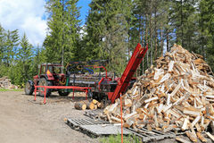 Palax拖拉机供给动力的木柴处理器 免版税库存图片