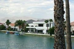 Palazzi del fronte lago con la vista dell'acqua fotografie stock