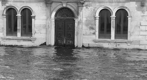 Palazzi e case di Venezia durante l'alta marea Fotografia Stock