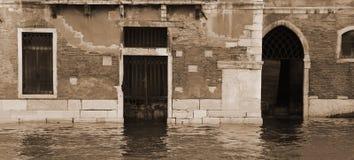 Palazzi e case di Venezia durante l'alta marea Immagini Stock Libere da Diritti