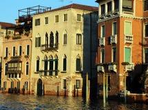 Palazzi veneziani sul canal grande ad alta marea Fotografia Stock Libera da Diritti