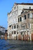 Palazzi veneziani sul canal grande ad alta marea Fotografia Stock