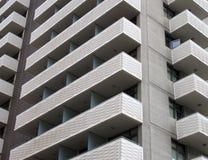Palazzina di appartamenti di calcestruzzo bianca alta moderna con il angula geometrico Immagine Stock