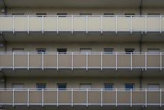 Palazzina di appartamenti con i passaggi esterni Fotografie Stock