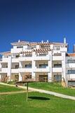 Palazzina di appartamenti e giardini bianchi in Spagna immagini stock libere da diritti