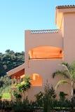 Palazzina di appartamenti piena di sole in Spagna Immagini Stock