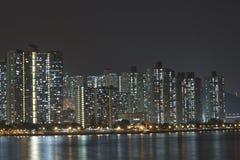 Palazzine di appartamenti di Hong Kong alla notte fotografie stock libere da diritti