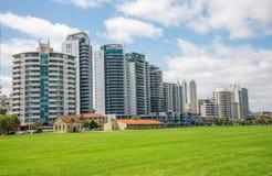 Palazzine di appartamenti orientali di vista del fiume di Perth sulla strada e su Langl del terrazzo Fotografia Stock Libera da Diritti