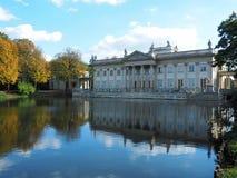 Palazzo, acqua ed autunno fotografia stock libera da diritti