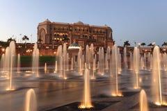 Palazzo alla notte, Abu Dhabi degli emirati Fotografia Stock Libera da Diritti