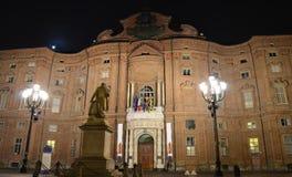 Palazzo Carignano a Torino alla notte fotografie stock