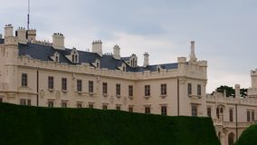 Palazzo - castello Lednice e giardino del castello Fortifichi Lednice, patrimonio mondiale dell'Unesco alla Moravia del sud 4K archivi video
