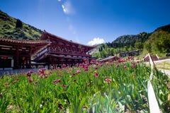 Palazzo cinese nel lago heaven sopra la montagna a Urumqi, JinJiang immagine stock libera da diritti