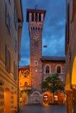 Palazzo Civico在贝林佐纳,在早夜机智期间的瑞士 图库摄影