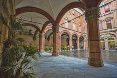 Palazzo Comunale的庭院在波隆纳 意大利 免版税库存图片