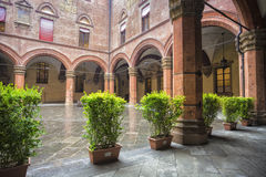 Palazzo Comunale的庭院在波隆纳 意大利 免版税库存照片