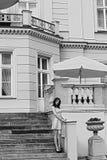 Palazzo d'annata di immagine di BW, con la donna rosa sulle scale immagini stock libere da diritti