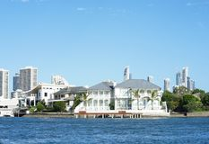 Palazzo dalla spiaggia Le case di lusso lungo la costa allineano in Que fotografie stock