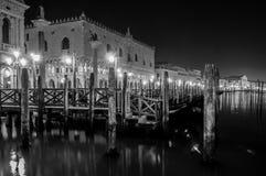 Palazzo dei doge alla notte Venezia in bianco e nero Italia immagine stock libera da diritti