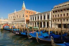 Palazzo del doge e delle gondole, Venezia, Italia immagine stock libera da diritti