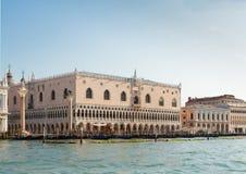 Palazzo del doge e delle gondole, Venezia, Italia fotografie stock