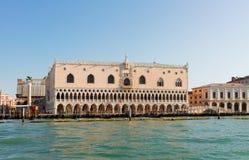 Palazzo del doge e delle gondole, Venezia, Italia immagine stock