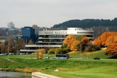 Palazzo del forum a Vilnius a tempo di autunno Immagine Stock Libera da Diritti