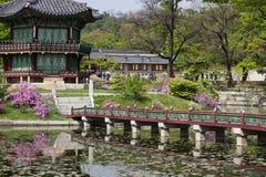 Palazzo del Gyeongbok dell'imperatore, ponte e padiglione con le riflessioni dell'acqua, Seoul Corea Fotografie Stock