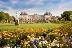 Palazzo del Lussemburgo con i fiori Immagine Stock Libera da Diritti