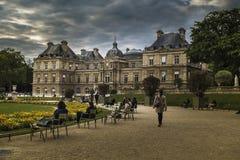 Palazzo del Lussemburgo e la fontana Immagine Stock Libera da Diritti